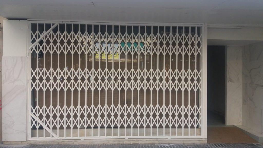 puerta de ballesta blanca